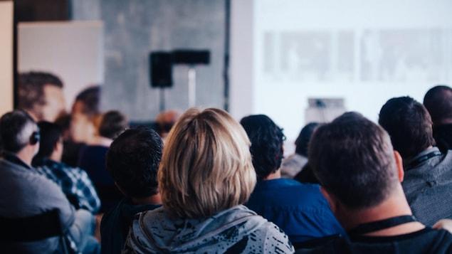 Jeunes adultes dans une salle de conférence