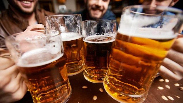 Des jeunes hommes boivent de la bière.