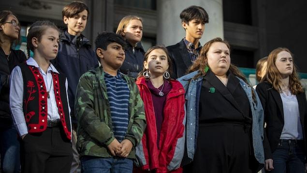 Des jeunes sur les marches du Musée des beaux-arts de Vancouver.