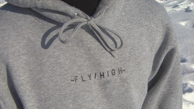 Un coton ouaté sur lequel on voit le logo de Fly High.