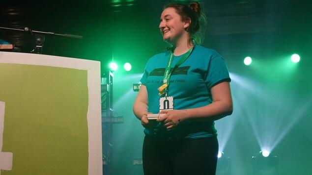 Une adolescente tout sourire sur une scène