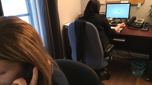 Des intervenantes de JEVI, Centre de prévention du suicide de l'Estrie, reçoivent les appels de détresse.