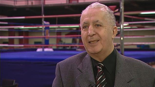 Un homme souriant en entrevue à Radio-Canada.