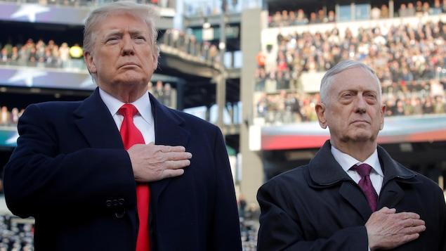 Jim Mattis et Donald Trump, la main sur le coeur.