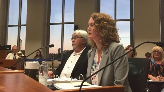 Le chimiste Jim Vukmanich et la directrice de l'Environnement Michelle Warywoda, de la Ville de Thunder Bay.