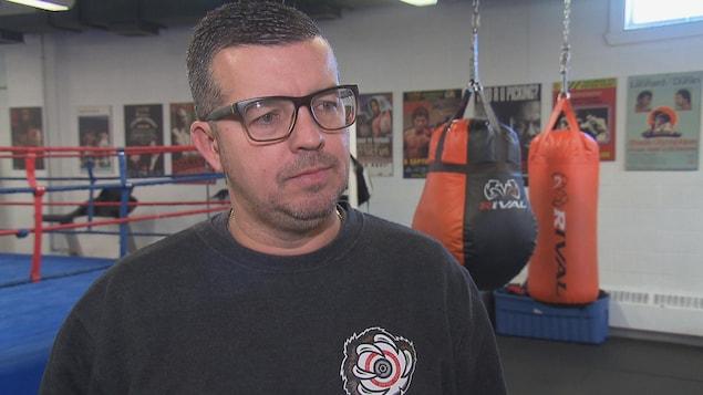 Le candidat dans une salle d'entraînement pour la boxe