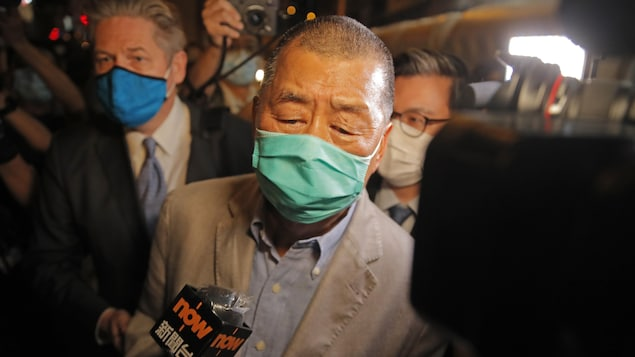Jimmy Lai s'adresse aux médias.
