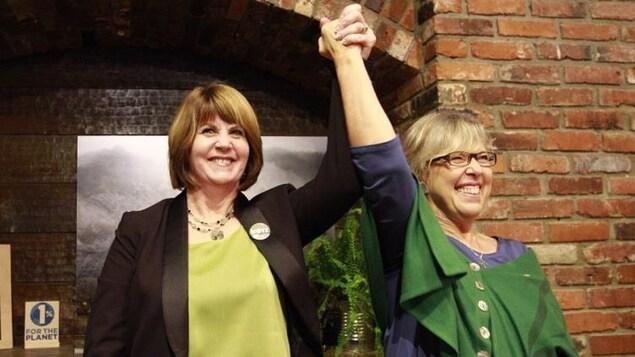 Jo-Ann Roberts et Elizabeth May.