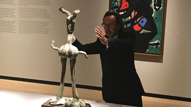 Le petit-fils du peintre Joan Miró devant une sculpture de bronze conçue à partir d'une de ses poupées d'enfance.