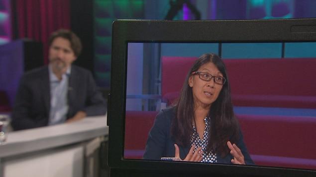 Une femme apparaît sur un écran de caméra.