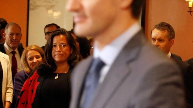 Jody Wilson-Raybould regarde Justin Trudeau.