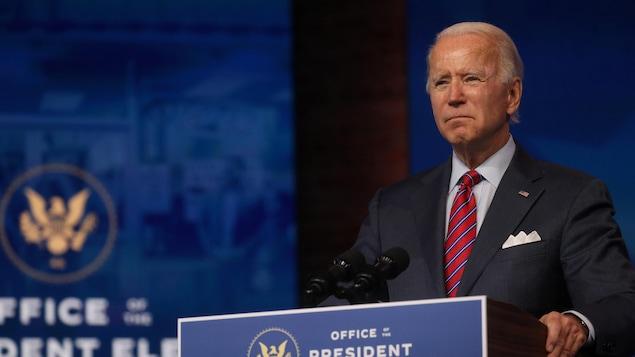 Joe Biden derrière un lutrin.