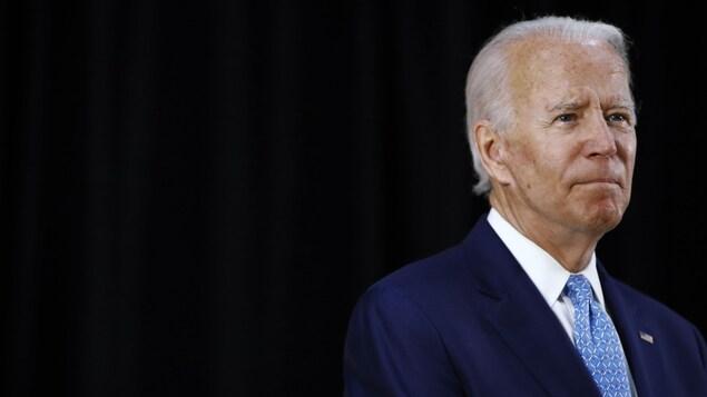 M. Biden regardant au loin.