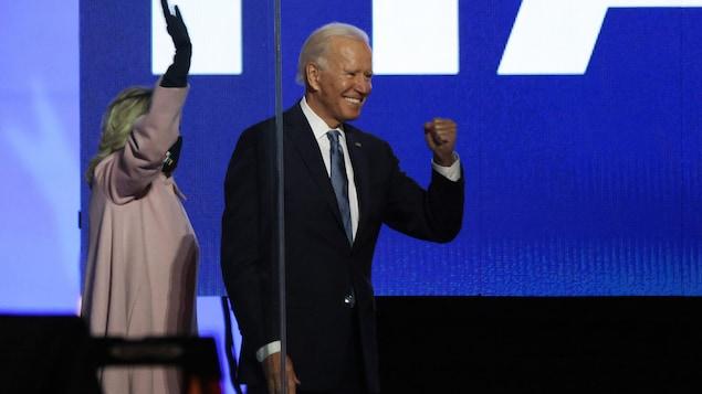 Joe Biden serre le poing en signe de victoire.