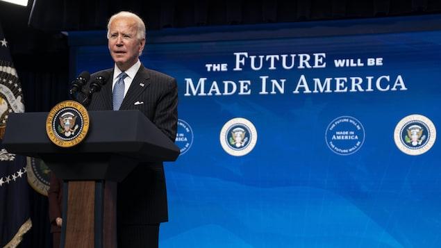 Le président Joe Biden derrière un lutrin