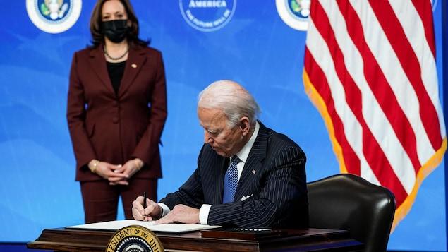 Joe Biden signant le décret.