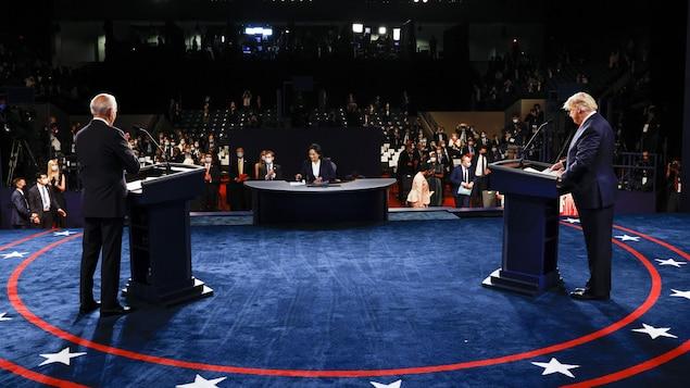 Les deux candidats sont derrière leur lutrin.