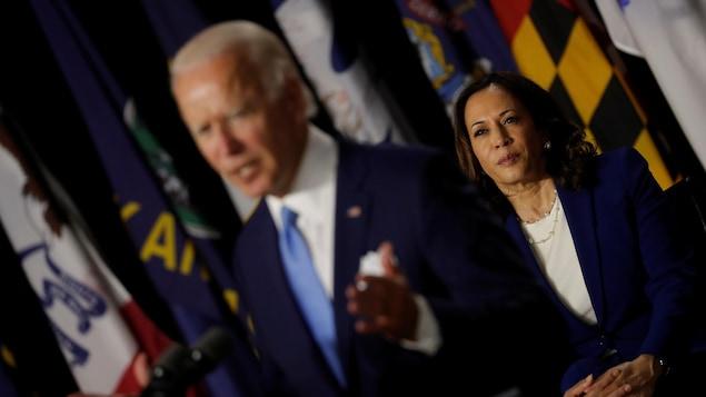Kamala Harris regarde Joe Biden qui prononce son allocution.