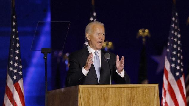 Joe Biden parle derrière un lutrin.
