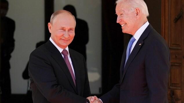 Les deux hommes se serrent la main.