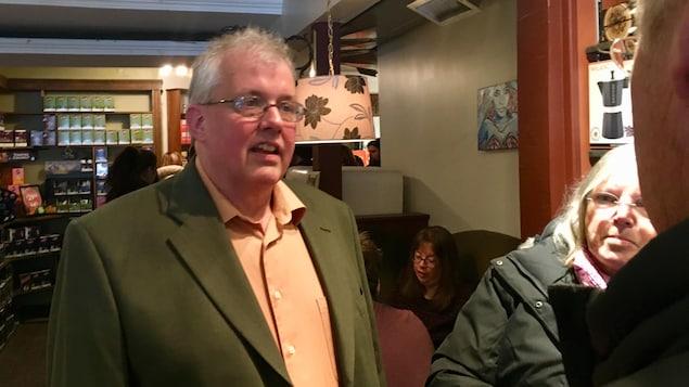 Joe Byrne lors du lancement de sa campagne à la direction du Nouveau Parti démocratique de l'Île-du-Prince-Édouard, dans un café du centre-ville de Charlottetown.