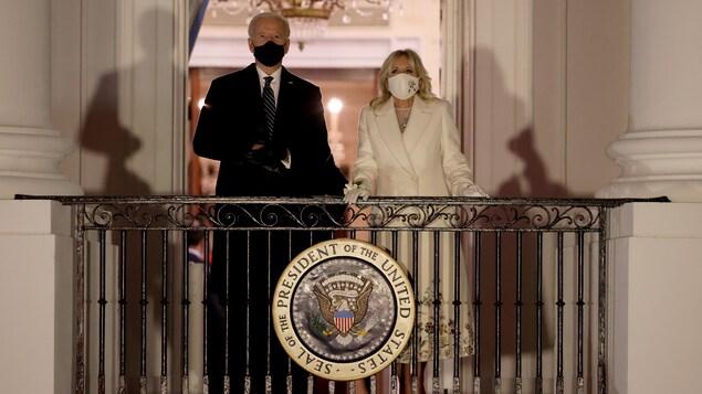 Le président et son épouse regardent un feu d'artifice.