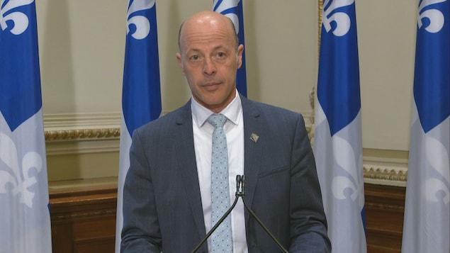 Le député Joël Arseneau lors d'un point de presse.