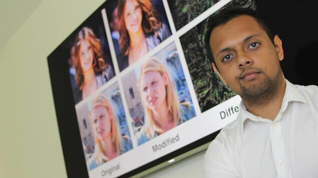 Un homme se tient devant un écran sur lequel on voit des photos modifiées par un logiciel d'intelligence artificielle.