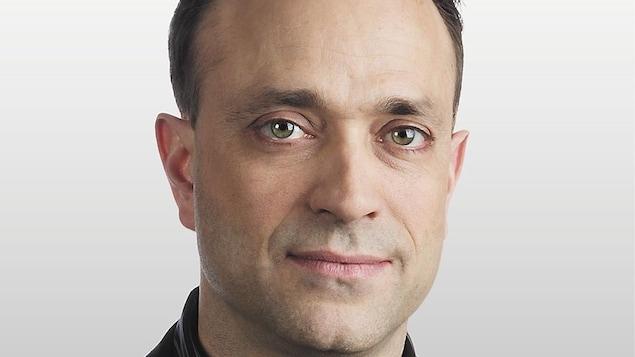 Un visage masculin en gros plan