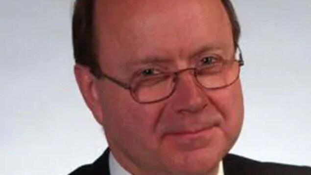 Photo d'un homme portant des lunettes.