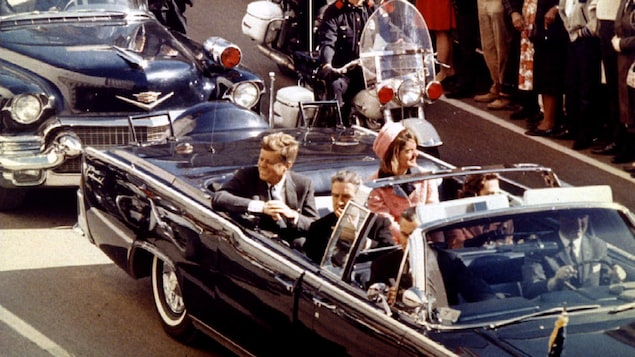 Le président Kennedy quelques minutes avant son assassinat à Dallas le 22 novembre 1963