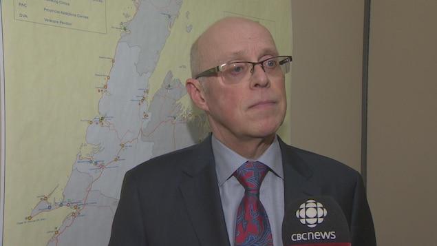 Gros plan sur le ministre de la Santé, John Haggie, durant une entrevue avec CBC.