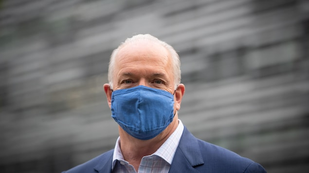 John Horgan portant un masque.