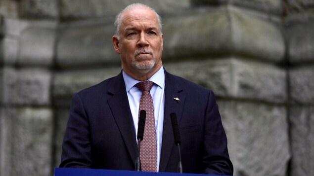 Le premier ministre de la Colombie-Britannique devant le Parlement de la Colombie-Britannique.