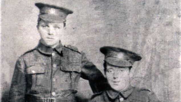 Une photo de deux soldats terre-neuviens.