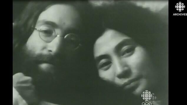 Gros plan des visages de John Lennon et de Yoko Ono lors du bed-in de Montréal.