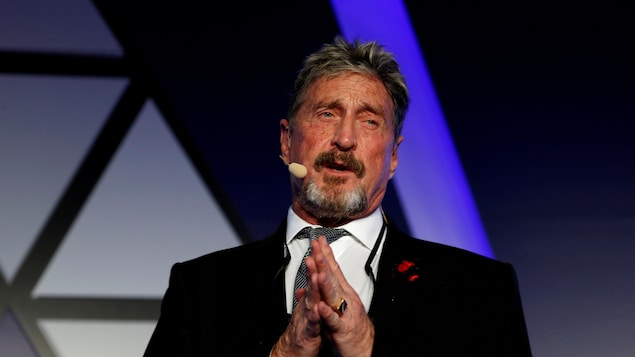 John McAfee donne une conférence.