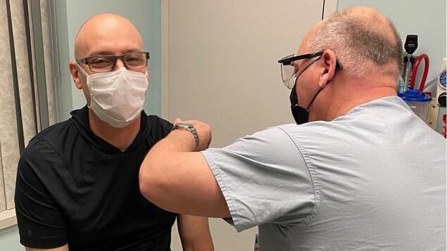 John Tobin qui se fait vacciner dans une clinique.