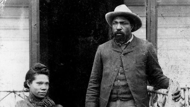 John Ware et sa femme Mildred, en 1896, et 2 de leurs enfants.