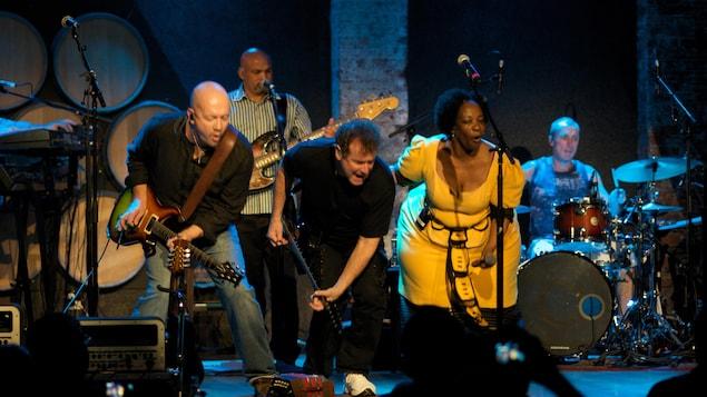 Le chanteur sud-africain Johnny Clegg et son groupe