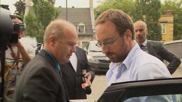 Jonathan Bettez arrive au palais de justice de Trois-Rivières en août 2016.