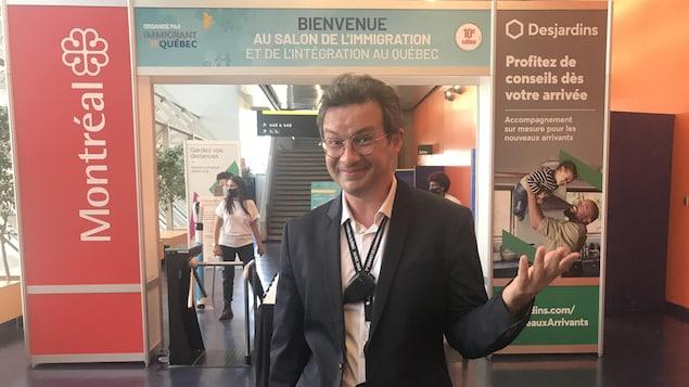 星期二,在移民沙龙展览会大门口,创办人、主席乔纳森·乔贾伊(Jonathan Chodjaï )摆出手势:魁北克欢迎你!