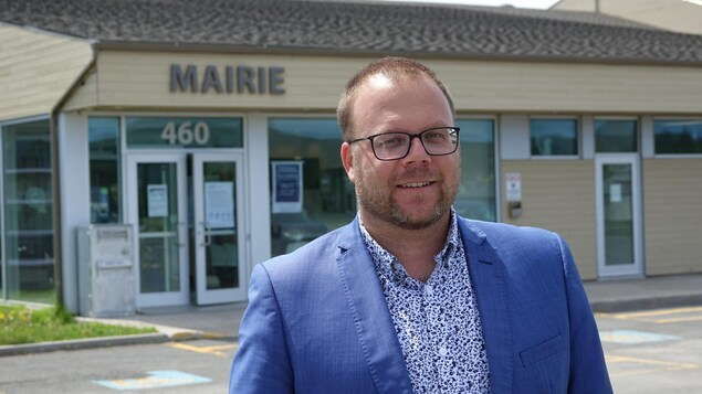 Jonathan Lapierre devant la mairie des Îles-de-la-Madeleine.
