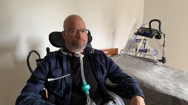 Jonathan Marchand dans son fauteuil roulant électrique