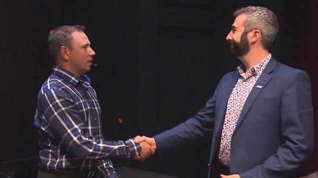 Jonathan Tremblay serre la main du conseiller Kevin Armstrong.