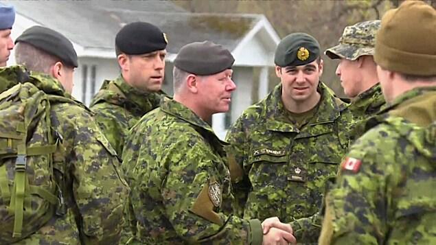 Jonathan Vance serre la main d'un militaire.
