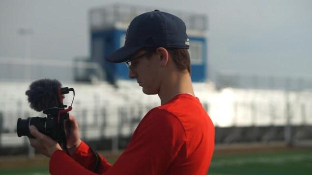 Jordan Zlomislic tient une caméra à l'extérieur.