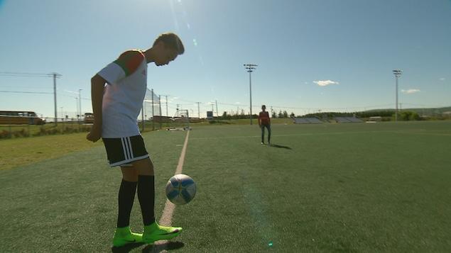 Younes Bouibes est un grand amateur de soccer.