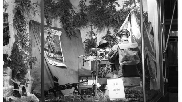 Vitrine commémorative du magasin Verreault à Rimouski le jour de l'Armistice le 10 novembre 1952.