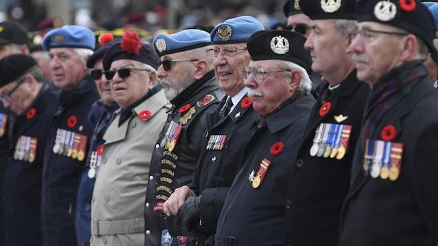 Plusieurs hommes décorés se tiennent côte à côte.